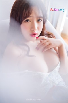[Rayshen] 清新蜜桃奶牛妹柔软乳房娇羞室内写真